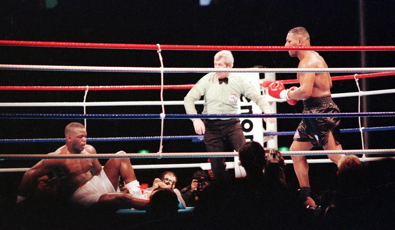 WBC・IBF・WBC世界ヘビー級タイトルマッチ 8回、ジャームス・ダグラス(左)からダウンを奪うマイク・タイソン(1990年2月11日撮影)