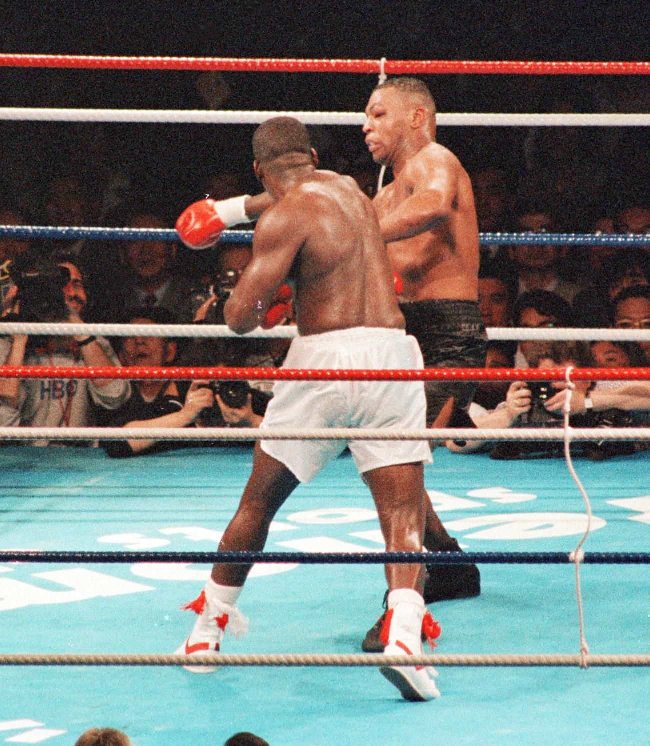 WBA・IBF・WBC世界ヘビー級タイトルマッチ マイク・タイソン対ジェームス・ダグラス 10回、ジャームス・ダグラス(手前)の右フックを浴びバランスを崩すマイク・タイソン(1990年2月11日撮影)