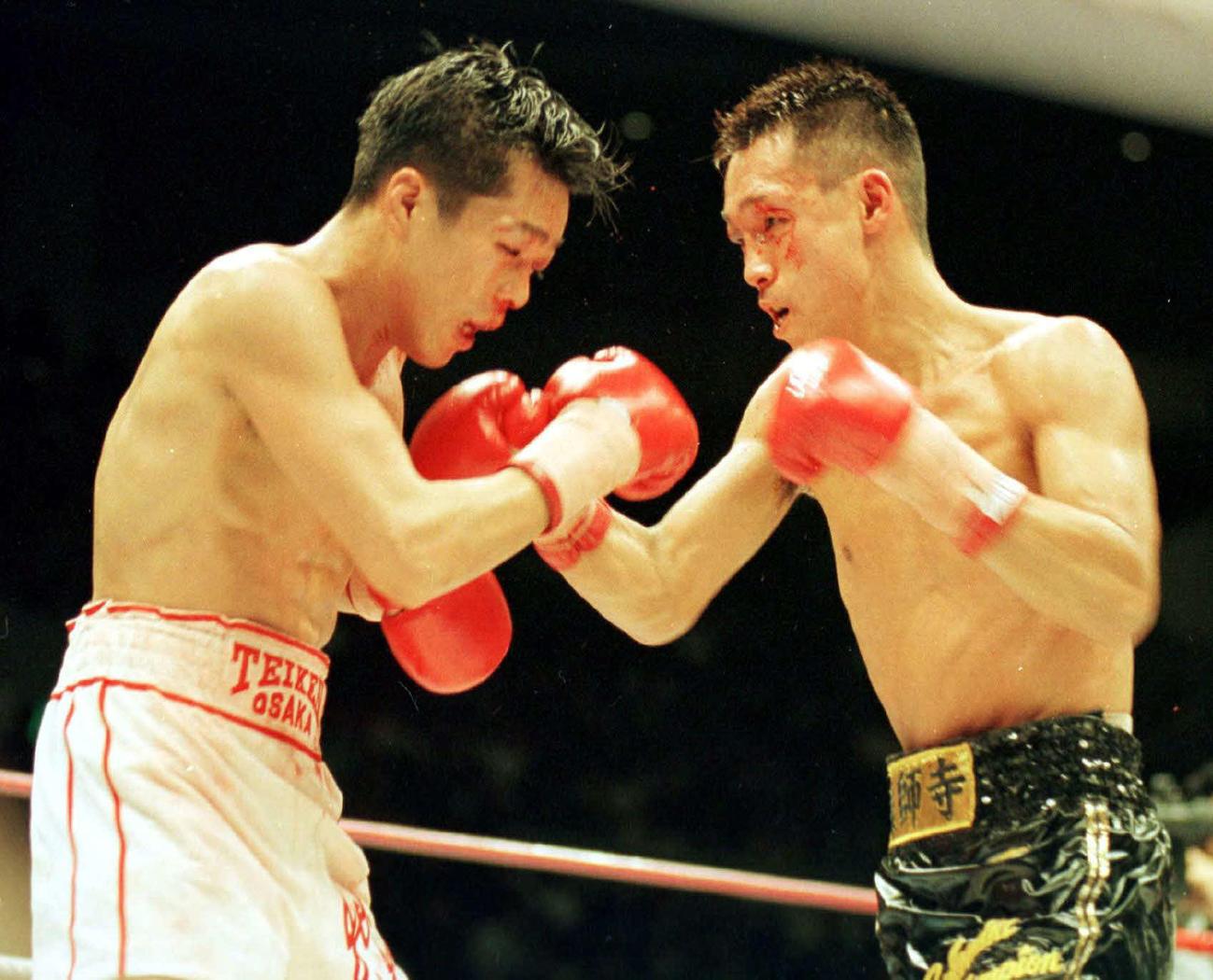 激しく打ち合う辰吉丈一郎(左)と薬師寺保栄(94年12月4日)