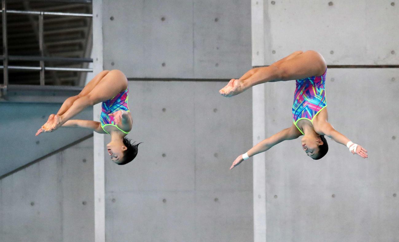 女子シンクロ板飛び込み決勝、演技する宮本(左)と榎本(撮影・鈴木正人)