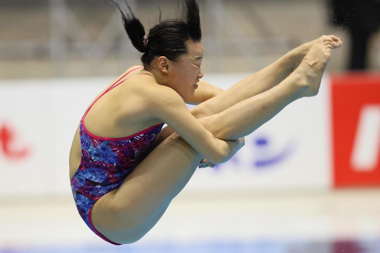 女子3メートル板飛び込み決勝で演技をする三上