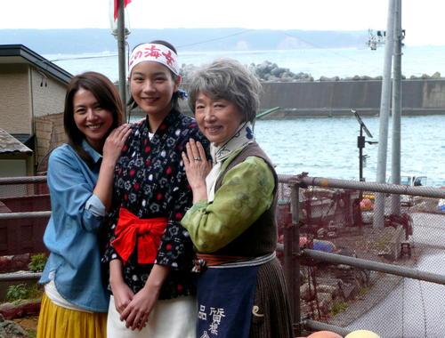 朝ドラ「あまちゃん」。久慈市沿岸のロケ現場でカメラに収まる能年玲奈(のん=中央)。左は母親役の小泉今日子。右は祖母役の宮本信子