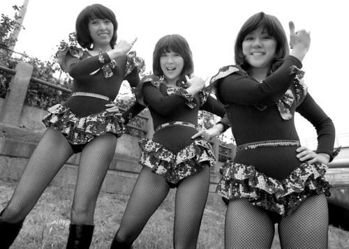 「やさしい悪魔」のデビル・コスプレで日刊スポーツに来社したキャンディーズ。左から藤村美樹、伊藤蘭、田中好子。