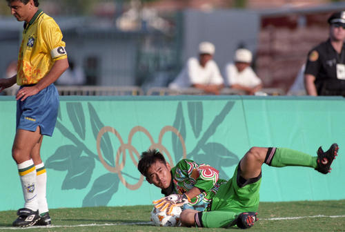アトランタ五輪サッカー「日本対ブラジル」でボールをがっちりと抑えるGK川口能活。左はブラジルFWベベット。