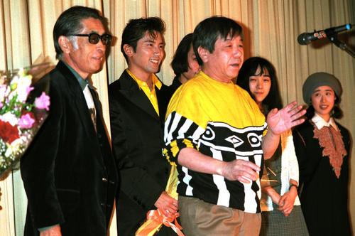 映画「トキワ荘の青春」の公開で舞台あいさつをする赤塚不二夫さん。左端は藤子不二雄Aさん。