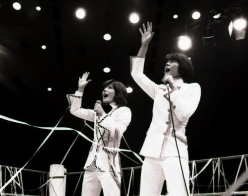 リングで歌うビューティ・ペアのマキ上田(左)とジャッキー佐藤。熱狂的なファンが押し寄せ、歌にファイトに会場内は熱く盛り上がった。