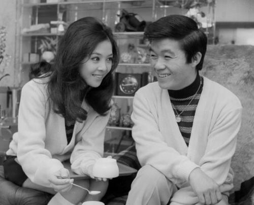 結婚から2週間、仲むつまじい坂本九、柏木由紀子夫妻