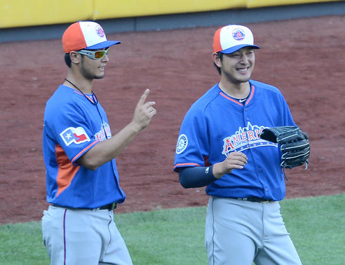 MLBオールスター試合前、笑顔で会話するレンジャーズ・ダルビッシュ有(左=当時)とマリナーズ岩隈久志。