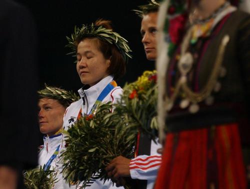 シドニー五輪に続きアテネでも金メダルを獲得し、表彰台で目を閉じ君が代を聞く谷亮子。電光掲示板にはGold Medal TANI Ryokoの文字が映し出されていた。