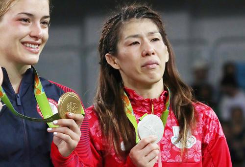 リオ五輪表彰式でメダルを手にするヘレン・マルーリスと吉田沙保里。決勝の勝者も敗者も涙を流した