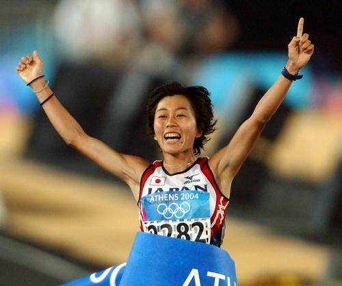 アテネ五輪女子マラソン、「ナンバーワン」ポーズを作りながらゴールに飛び込む野口みずき