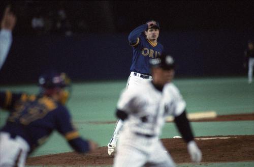 オリックス野田が日本記録の「19奪三振」をロッテ平野からマークした。球審の手が高らかにアウトを告げている
