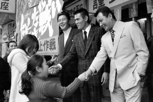 映画「仁義なき戦い」のPRをする梅宮辰夫(手前)。左から東映岡田茂社長、菅原文太