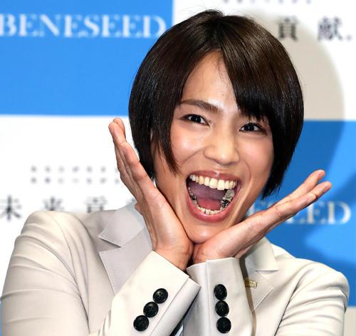 引退会見で、「かわいい野獣」顔を披露する松本
