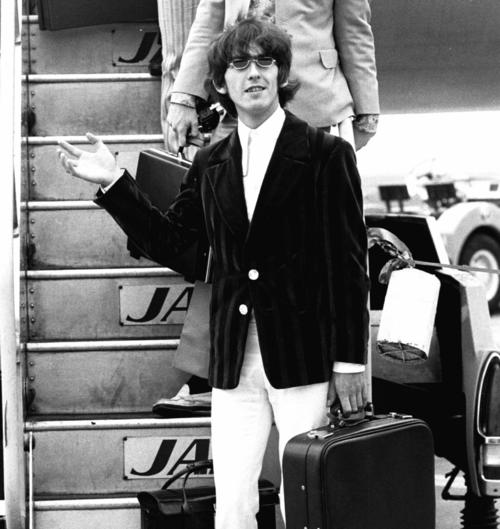 ビートルズは日本武道館での公演を終え、次の公演地フィリピンへ向かう。写真は最後に乗り込むジョージ・ハリスン