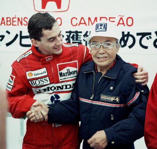 ホンダが日本でF1初勝利した88年日本GP。本田宗一郎最高顧問の肩を抱き握手するアイルトン・セナ