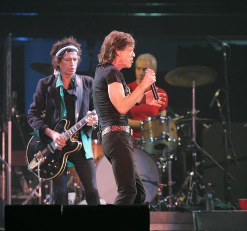 ローリング・ストーンズ東京ドーム公演。のりまくるミック・ジャガー。左後方はキース・リチャーズ。ドラムスはチャーリー・ワッツ