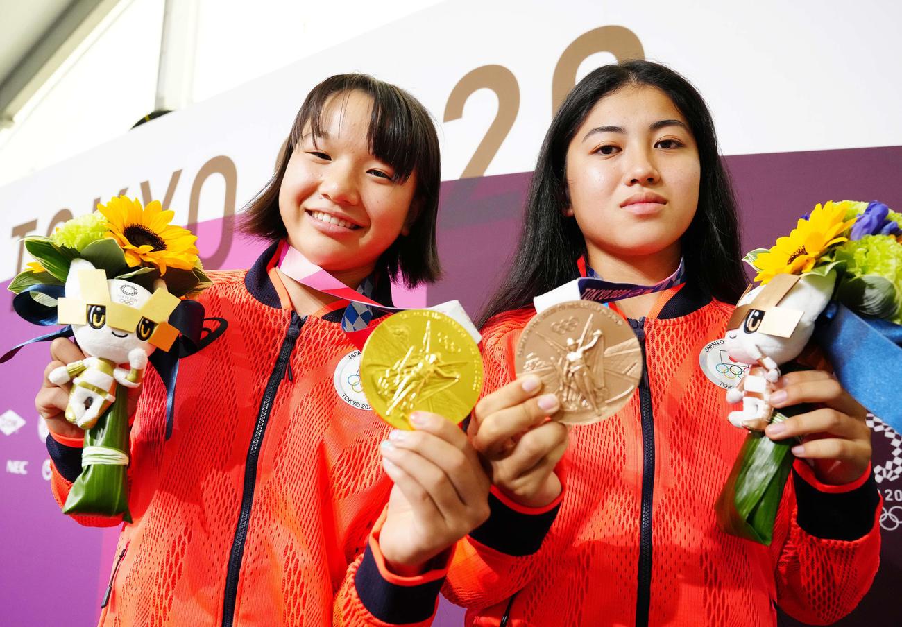 メダルを披露するスケートボード女子ストリートで優勝した西矢(左)と3位の中山(撮影・江口和貴)
