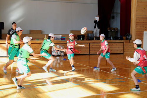 タグラグビーの実技の授業を行う浅羽北小の児童たち
