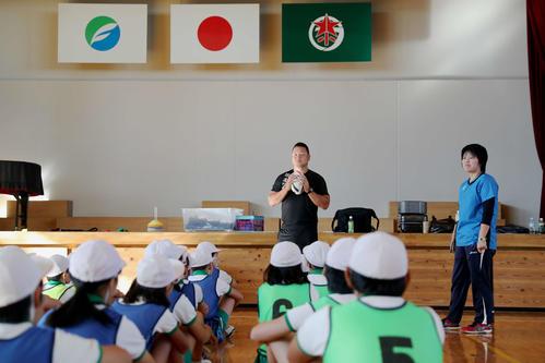 タグラグビーの実技の授業を行う7人制ラグビー元日本代表の石川安彦氏(中央)
