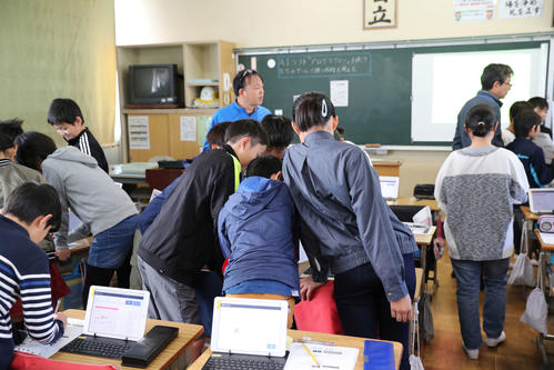 プログラミングの授業の後、チームに分かれて作戦会議を行う浅羽北小の児童たち