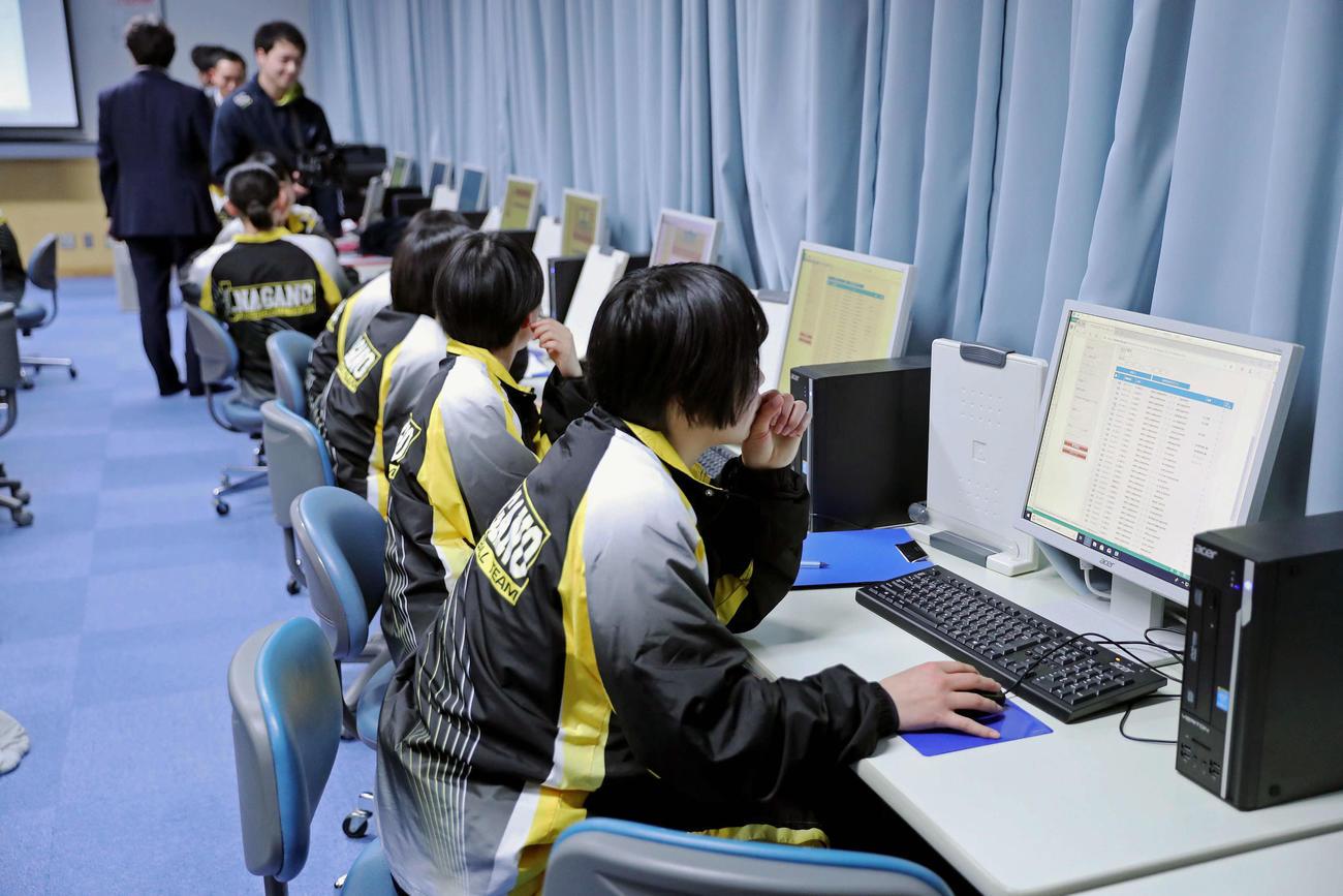 パソコンでチーム分析を行う市長野高バスケットボール部