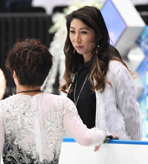 宇野(左)に声を掛ける樋口美穂子コーチ