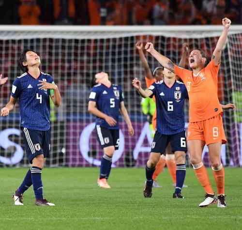 日本に勝ち喜ぶオランダ