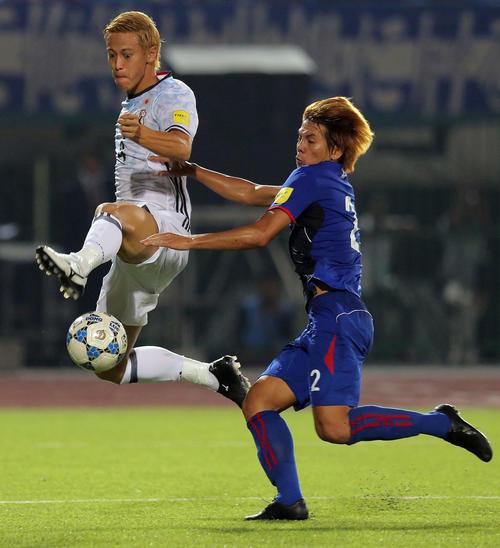 2015年11月、W杯アジア2次予選のカンボジア戦、ジャンピングボレーでゴールを狙う本田