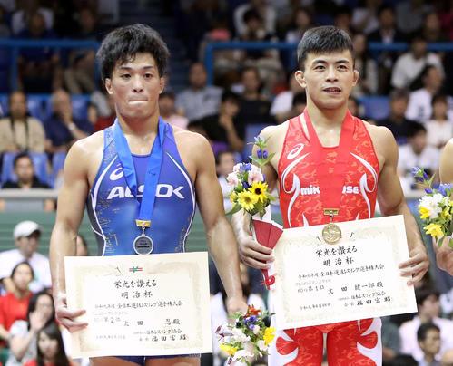 男子60キロ級グレコローマン決勝、試合に敗れ悔しそうな表情を見せる太田。右は優勝した文田(2019年6月16日撮影)