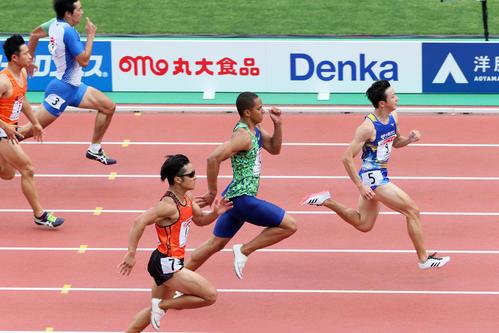 19年6月27日、陸上日本選手権男子100メートル予選 1着で予選を通過した川上拓也(右)と2着のケンブリッジ飛鳥(右から2人目)