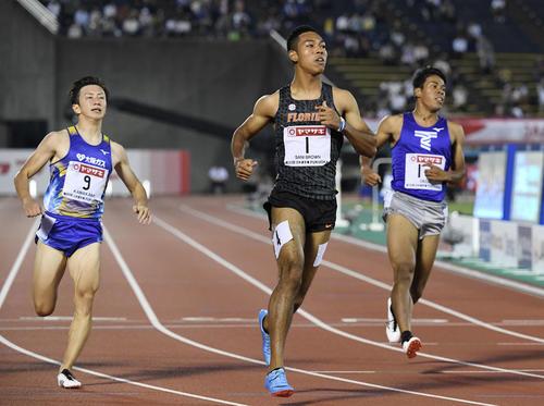 19年6月27日、陸上日本選手権男子100メートル準決勝2組を1位でゴールしたサニブラウン(中央)。左は川上(撮影・鈴木みどり)