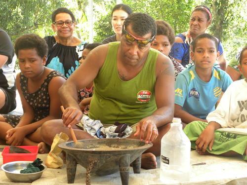 日本代表リーチ・マイケルが訪れたフィジー・タブア郊外の集落で振る舞われた「カバ」(撮影・松本航)