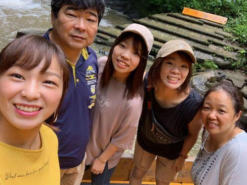 今夏、世界選手権代表に向かう姉妹と撮った家族写真。左から友香子、父孝人さん、優梨子さん、梨紗子、母初江さん