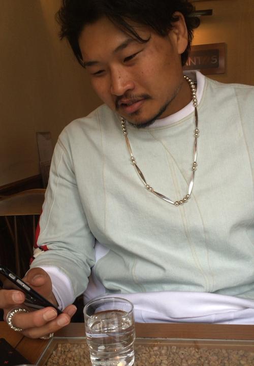 喫茶店「サントス」でマンデリンを待つ稲垣啓太
