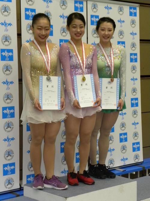 西日本選手権女子を制した横井ゆは菜(中央)と2位新田谷凜(左)、山田さくら(撮影・松本航)