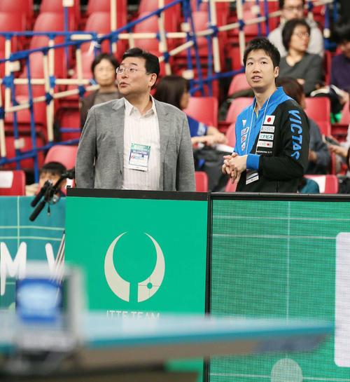 卓球ワールドカップ団体戦 会場を見つめながら関係者と話す水谷隼(右)