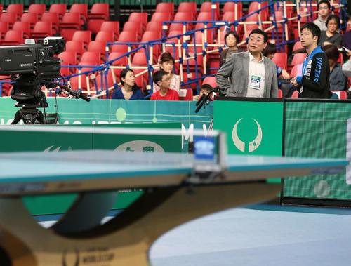 卓球ワールドカップ団体戦 会場を見つめながら関係者と話す水谷隼(後方右)=2019年11月7日