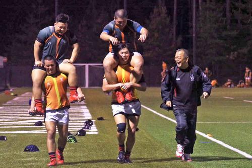 選手とともにグラウンドを走る京産大ラグビー部大西健監督(右)(撮影・真柴健)