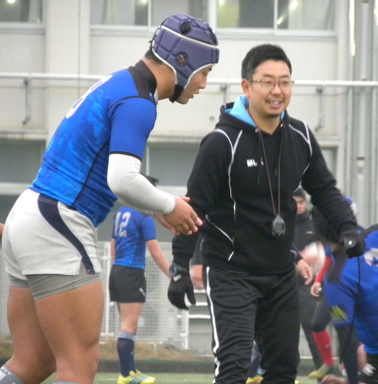 御所実の選手を指導するプロコーチの二ノ丸友幸氏(右)(撮影・松本航)