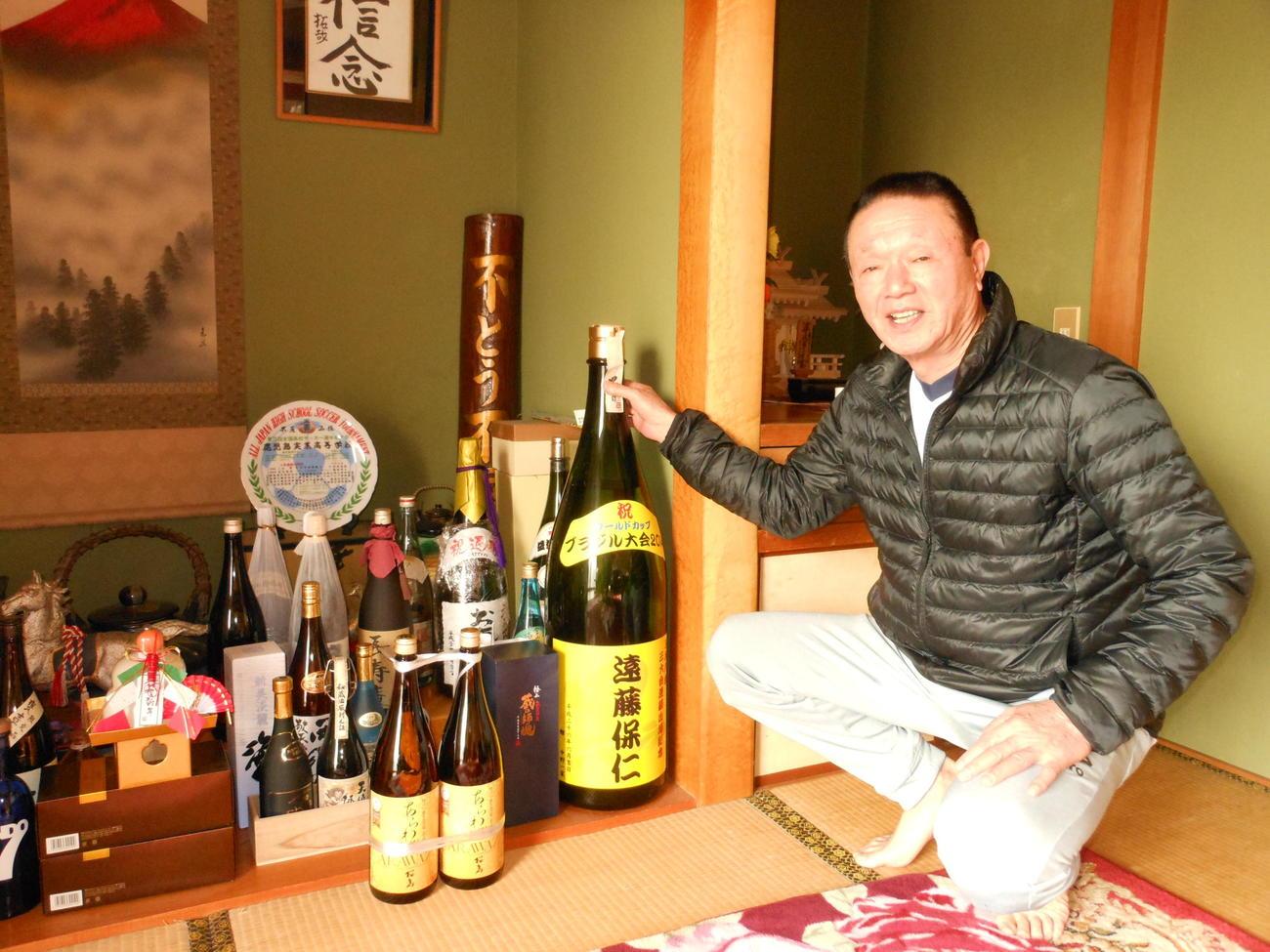 遠藤の実家では父武義さんが過去のお祝いの焼酎を多数飾っている
