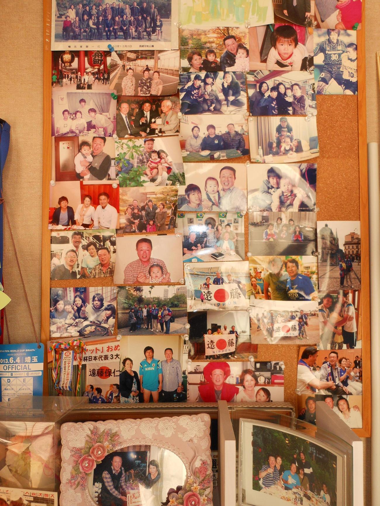 遠藤の鹿児島市の実家にはこれまでの写真が多数飾られている