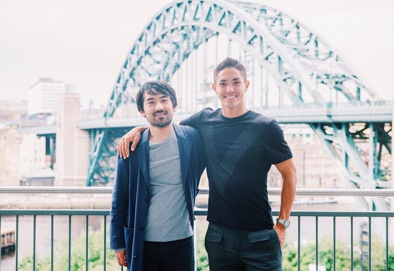 武藤嘉紀(右)と肩を組む要田和紀さん(本人提供)