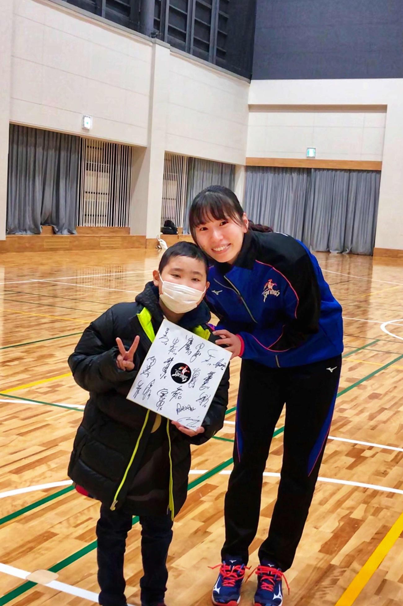 2019年12月に開かれた福岡県久留米アリーナでの試合後、新鍋と写真を撮る松本君(左)