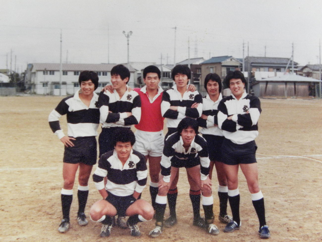 大体大4年時に笑顔を見せる渡田均さん(右上)、松本隆正さん(左下)ら(松本さん提供)