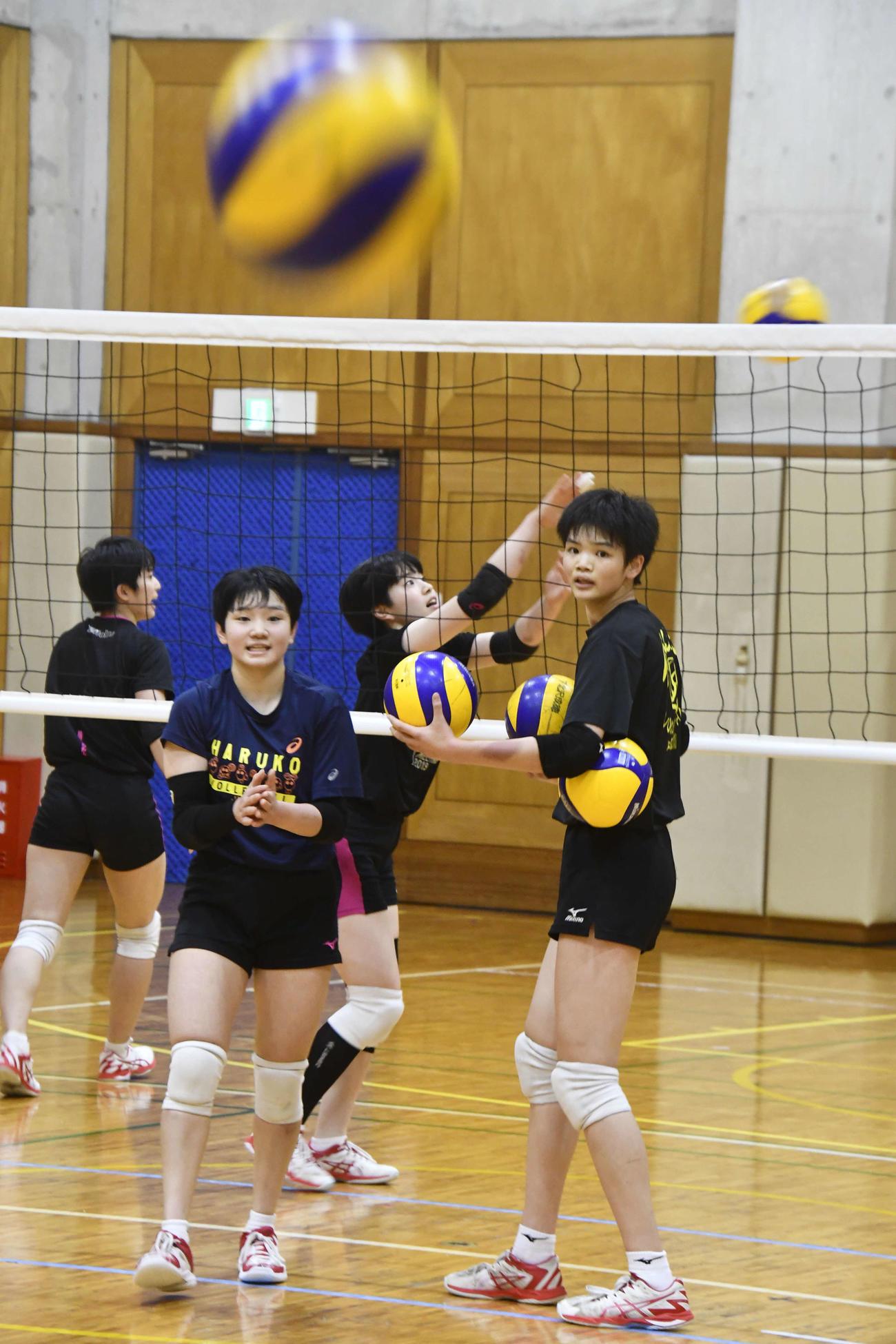 新チームのエースとして期待される1年生の古川さん(右)(撮影・平山連)