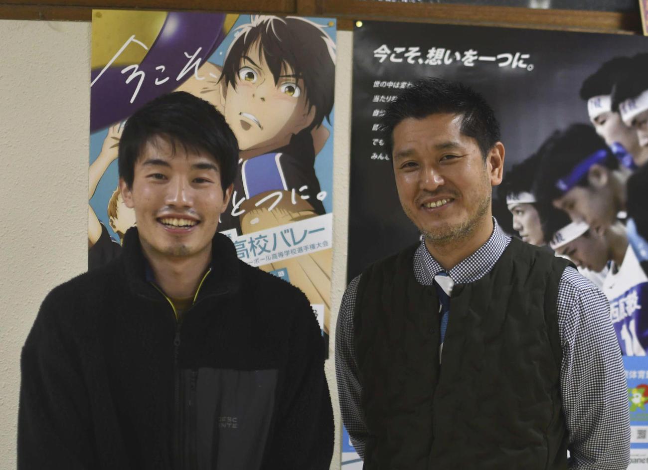 練習後に笑顔を浮かべる星城の中根聡太コーチ(左)と竹内裕幸監督(撮影・平山連)