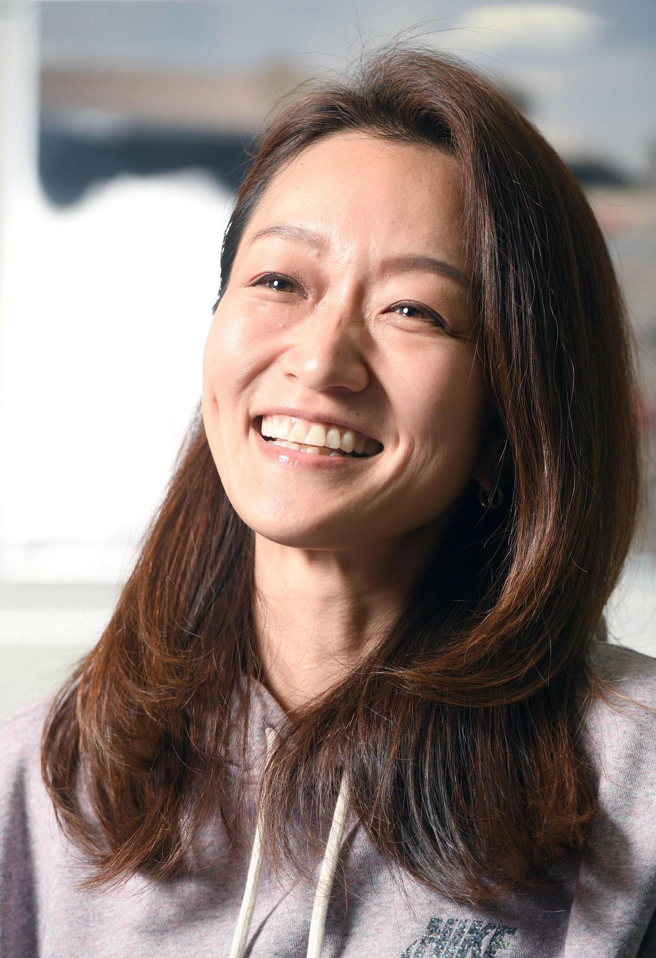 インタビューで笑顔を見せる茂木奈津子氏(撮影・たえ見朱実)