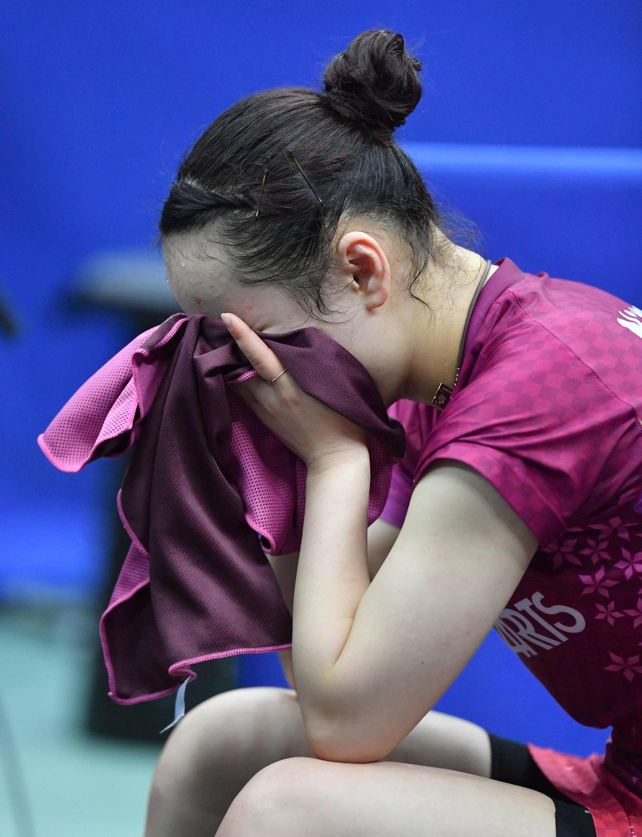 1月17日、女子シングルス決勝で敗れ、タオルで顔を覆い肩を落とす伊藤美誠