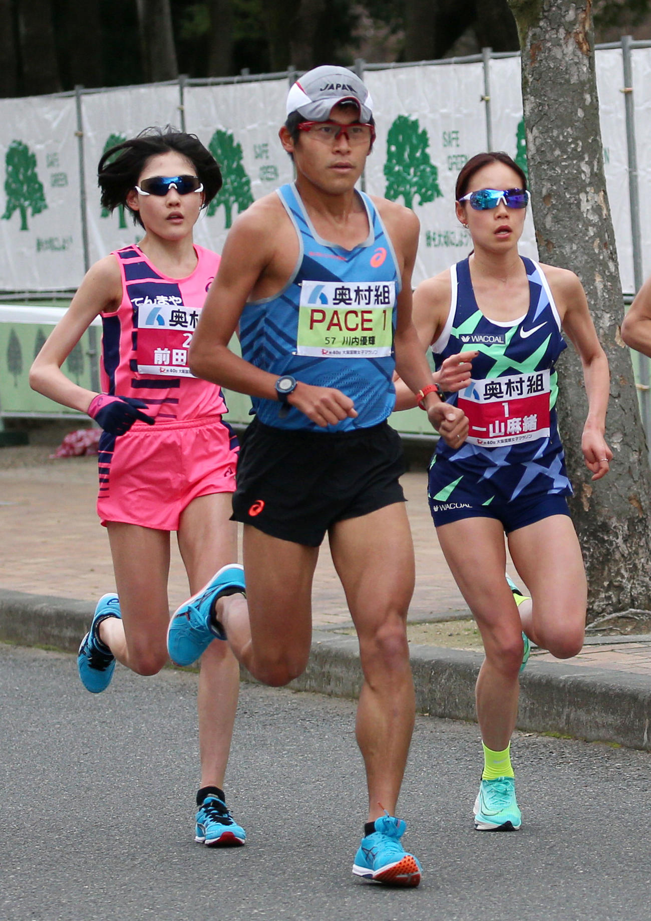 長居公園内を走る(左から)前田穂南、ペースメーカーの川内優輝、一山麻緒(2021年1月31日撮影)